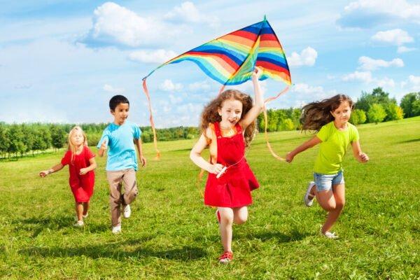 dzieci z latawcem
