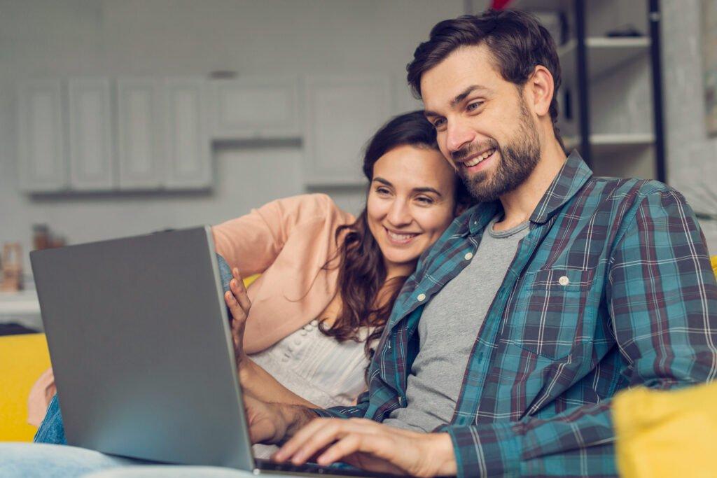mama i tata przy komputerze
