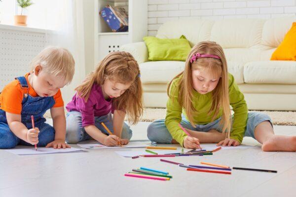skoncentrowane dzieci malują